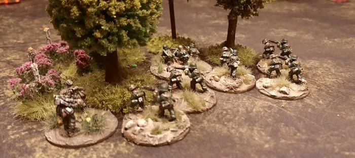 MG-Teams des Panzer-Grenadier-Regiment 10 der 9. Panzer-Division im Vormarsch.
