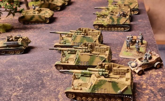 Hummeln der 6. Batterie des Panzer-Artillerie-Regiment 103 bei Unterstützungsfeuer für den Angriff der 20. Panzerdivision am 30. Juni 1943 bei Kromy.