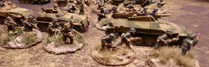 Ein Platoon Schützenpanzerwagen des Panzer-Grenadier-Regiment 10 der 9. Panzer-Division
