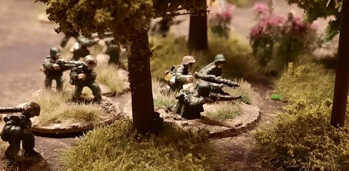 Ein HMG-Team mit MG42 des Panzer-Grenadier-Regiment 10 der 9. Panzer-Division
