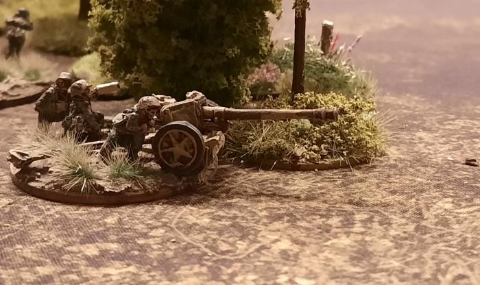 Eine Pak 40 der Panzerjäger-Abteilung 38 der 2. Panzer-Division in Stellung an einem Waldstück bei Kursk.