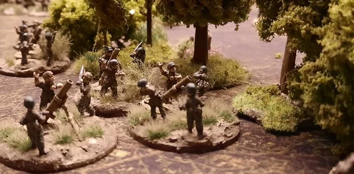 Granatwerfer des Granatwerfer-Bataillon 5 der 78. Sturm-Division beschießen russische Stellungen.