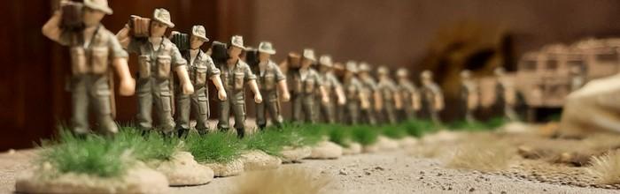 Die gleiche Marschkolonne des 25th Battalion der 7th Division (Australien) am Strand des Mittelmeers..
