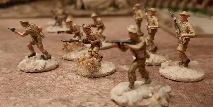 """Ein paar Jungs der 5th Lancashire Fusiliers der 154th Infantry Brigade stürmen über die Deep Cut Game Mat """"Savanna"""""""