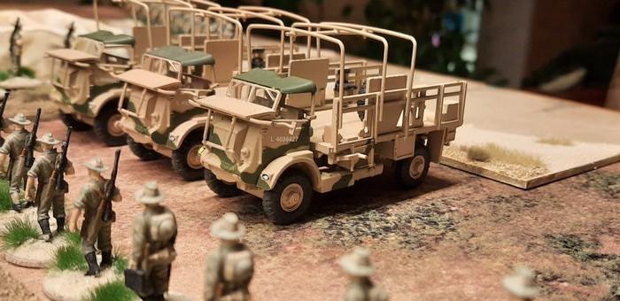 Drei Bedford QL des 25th Battalion der 7th Division (Australien)