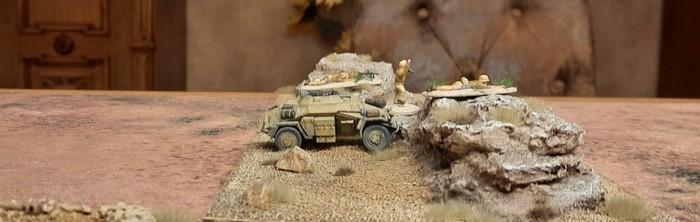 Ein Sd.Kfz.222 des Aufklärungs-Abteilung 33 hinter einem Hügel.