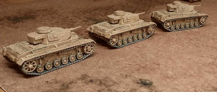 Drei Panzer III des Panzer-Regiment 8 auf dem Marsch.