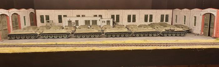Die Produktionshalle ist ein wenig vollgerümpelt. Die 30 T-34 fressen halt schon viel Platz.