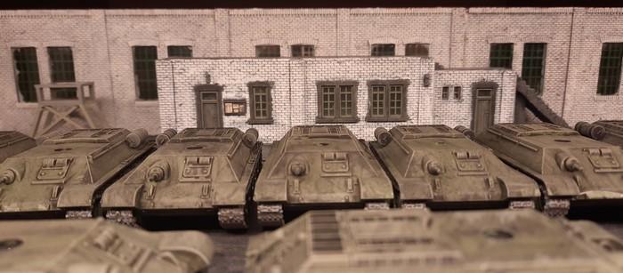 Auch weiter hinten in der Halle steht eine Reihe von Panzerrümpfen, auf Weiterverarbeitung wartend.