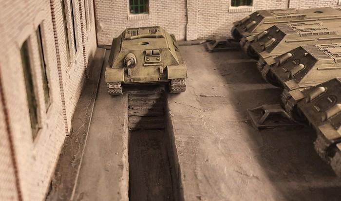 Einer der T-34/76 hat ein technisches Problem und muss auf die Grube