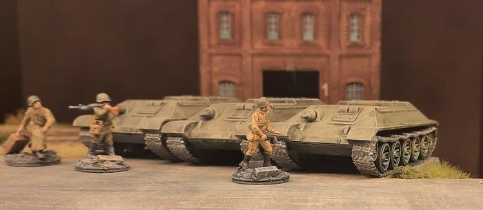 Vor der Halle wurden bereits erste Fahrzeuge abgestellt. Bei diesen T-34/76 wurde die Montage dieses Batch abgeschlossen.