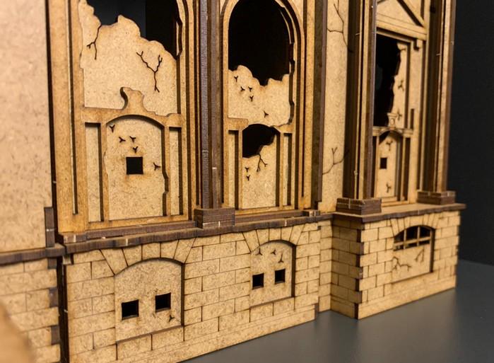 Auch bei den Details besticht der MDF-Bau. Die Kellergeschosse und die zugemauerten Fensteröffnungen können auch für sich stehen.