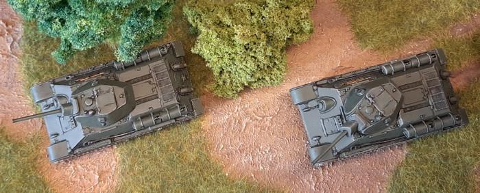 """Die beiden ehemals vernachlässigten und jetzt aufgemöbelten Italeri 7523 """"T-34/76 Model 42"""" im Shturmigrader Stadtwald."""