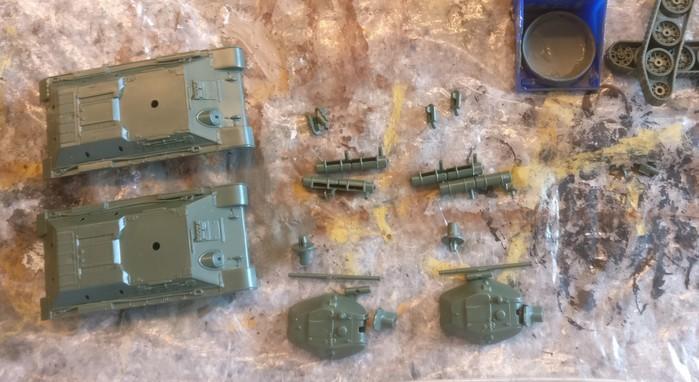 Die Bauteile vor der Montage. Es sind sehr wenige, doch diese sind wohl modelliert und ergeben nach Montage ein stimmiges Bild des T-34/76.