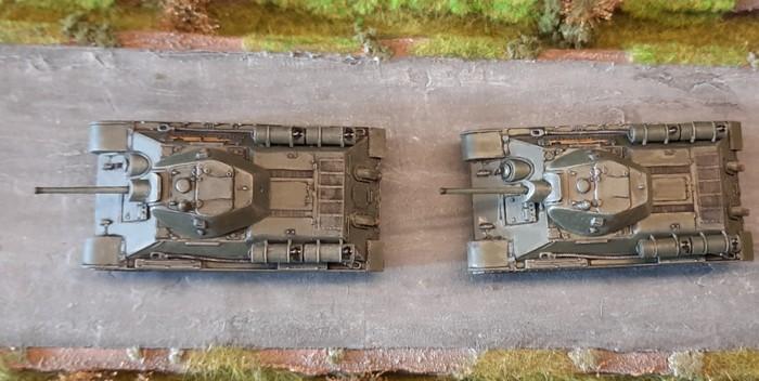 """Die beiden Italeri 7523 """"T-34/76"""" rollen auf der Straße zum Shturmigrader Stadtwald."""