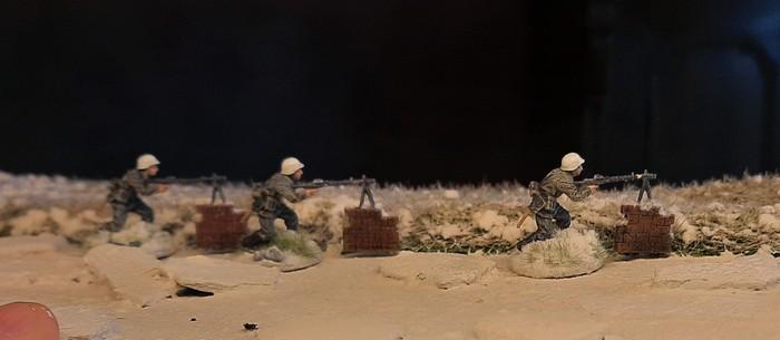 Drei LMG-Schützen des Füsilier-Regiment 27 am zugefrorenen Fluss.