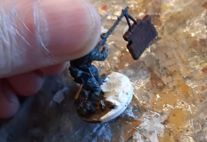 """Die Base wird schlicht mit weißer Farbe überzogen. Steine auf der Base bleiben frei und werden mit """"Blaugrau"""" farblich abgesetzt."""
