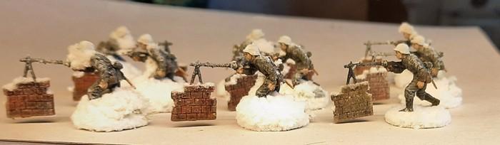 Die LMG-Schützen nach dem Auftrag des PONAL und nach dem Aufstreuen des Modellschnee. Nicht aller Schnee wird am Modell verbleiben. Das Meiste wird wieder abgeschüttelt werden.