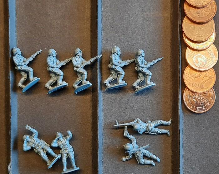 Hier die die Figuren aus dem Set Matchbox German Infantry noch unbemalt. Die Grate lassen sich nur schwer entfernen. Es gab also einen guten Grund, warum sie schon länger in der Krabbelkiste lagen.