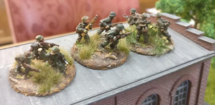 Die Rifle Foot Groups des 1. Platoons auf der linken Flanke im Industriekomplex Siemensstadt.