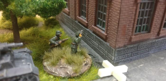 Direkt hinter dem Industriegebäude auf der linken Flanke liegt das 3. Platoon mit dem Panzer III.