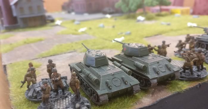 Eine Panzergruppe mit Schützen der Roten Armee.