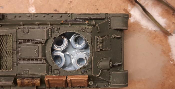 Das Innere des T-34/76 Model 43 wurde mit M6-Muttern verfüllt und zur Arretierung derselben mit Klarlack ausgefüllt.