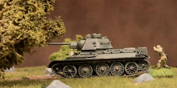In sicherer Sichtdeckung hinter der Esche beobachten die Späher bei dem T-34/76 die Bewegungen des Diescher-Banzers in der Ferne. Meldung an den Stab der 89. Panzerbrigade wurde bereits abgesetzt.