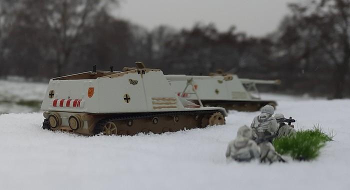 Die Sd.Kfz. 164 Pz.Jäger IVb Hornisse der Panzerjäger-Abteilung 41 der 6. Panzerdivision kümmert sich um die T-34 und die SU-152. Zwei MG-Teams des Schützen-Regiment 4 geben Nahdeckung gegen anstürmende Frontniks.