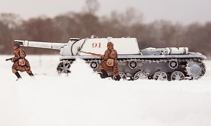 Die SU-152 des 1359. selbständigen Selbstfahr-Artillerie-Regiment und Schützen (die bekannten Siberian Riflemen 02516 von Revell) der 13. Schützendivision gehen vor. Die Weichsel-Oder-Operation rollt im Shturmigrader Stadtwald...