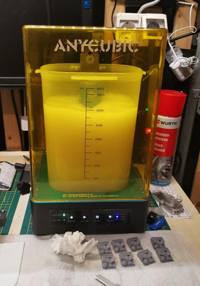 Der Anycubic Photon Zero SLA (Resin) 3D Druck mit vollem Magazin und @work... (Foto: Halvarson)