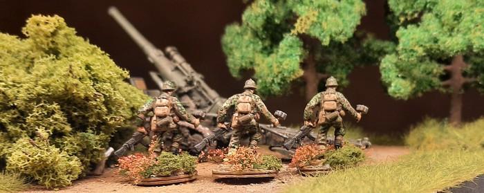 """Die Herren des Panzergrenadier-Regiment 60 der 116. Panzer-Division in ihren Uniformen in Eichenlaubtarn """"Frühling/Sommer"""" im Stadtwald in Shturmigrad-Süd."""