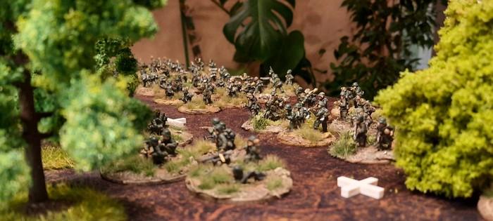 """Der Hügelrücken der Höhe 107 ist mit eingegrabener (zählt als im """"Closed"""" sitzend) Infanterie besetzt."""