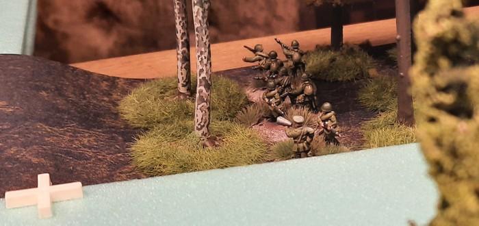 Im Wald an der Rollbahn nach Schisskovo liegt der Platoon Commander. Von hier aus dirigiert er seine Foot Groups links und rechts der Rollbahn.