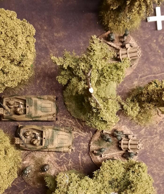 Gut gedeckt in einem Closed terrain square: Die Fernkampfwaffen von Generalmajor Johann Mickl: die beiden 15cm Nebelwerfer des Nebelwerfer-Regiment 55 und die beiden Sd.Kfz. 250/7 – leichter Schützenpanzerwagen (schwerer Granatwerfer) des Panzer-Grenadier-Regiment 110.