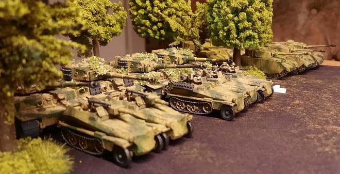 Feuerkraft satt: die Tiger I der schweren Panzerabteilung 503 und die Sd.Kfz. 250/8 – leichter Schützenpanzerwagen (7,5 cm KwK 37 (L/24) Stummel) des Panzer-Grenadier-Regiment 110.