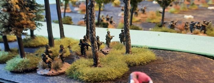 Truppen im Wald an der Rollbahn nach Schisskovo.