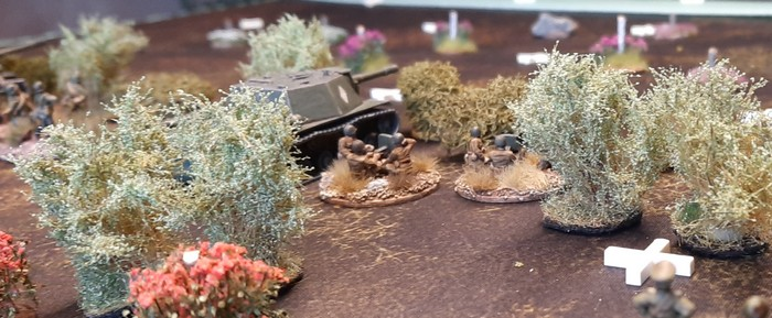 Die SU-152 der 27. Kanonenartillerie-Brigade und die Schützen der 61. Garde-Schützendivision sind inmitten der Büsche und Sträucher auf der Höhe 107 in guter Deckung.