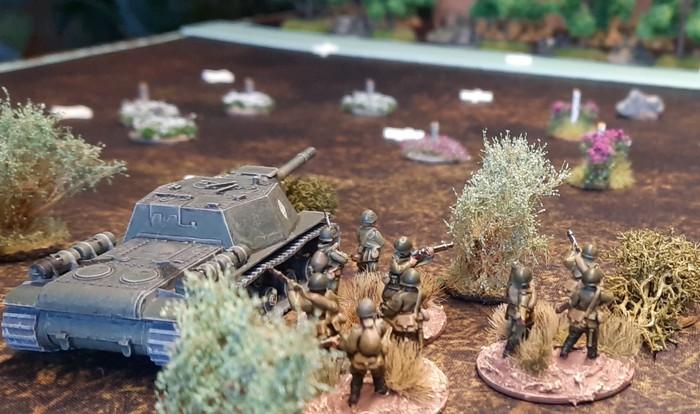 Eine andere Stellung auf der Höhe 107 mit Blick auf die Bereitstellungsräume der 11. Panzerdivision.
