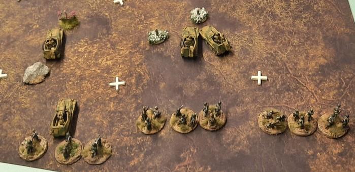 Das Gelände vor der Höhe 107. Die Grenadiere des Panzer-Grenadier-Regiment 110 stürmen durch das Partial Terrain. Die Sd.Kfz.250 geben Feuerunterstützung.