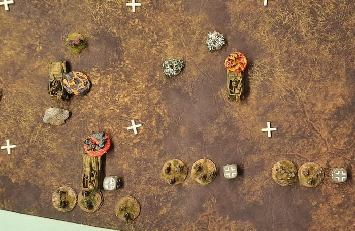 Die Sd.Kfz.250 gehen im Feuer der SU-152 in Flammen auf. Die angreifenden Panzergraenadiere erleiden hohe Verluste.