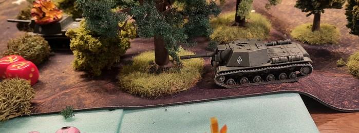Das letzte SU-152 der 27. Kanonenartillerie-Brigade im Wald auf der Höhe 107.
