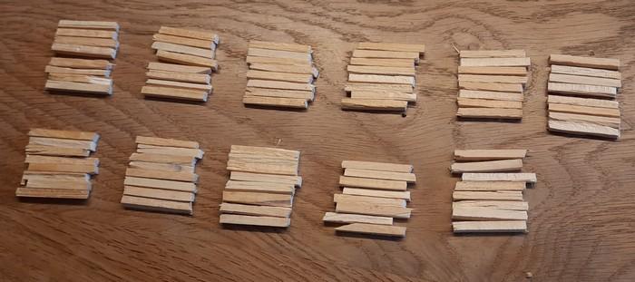 Nur elf Balkenstapel lassen sich aus 88 Hölzern legen. Wenig Ergebnis für viel Arbeit. Aber das kennt der Modellbauer ja eh.