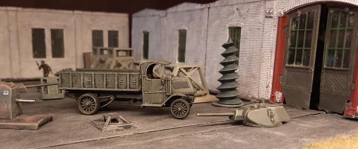 EIn anderer Lkw brachte Querbolzen und Kolbenrückzugsfedern. Er lädt sie in russischer Manier im hinteren Bereich der Werkshalle ab.