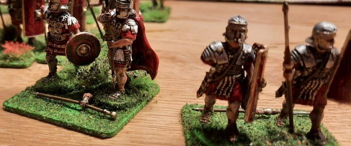 """Reichlich Bruch, doch reparierbar. Die """"Early Imperial Roman Legionaries Advancing"""" von Victrix nach ihrer Ankunft stehen vor der Bekleidungskammer."""