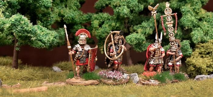 Das HQ-Team der Early Imperial Roman Legionaries Advancing von Victrix.