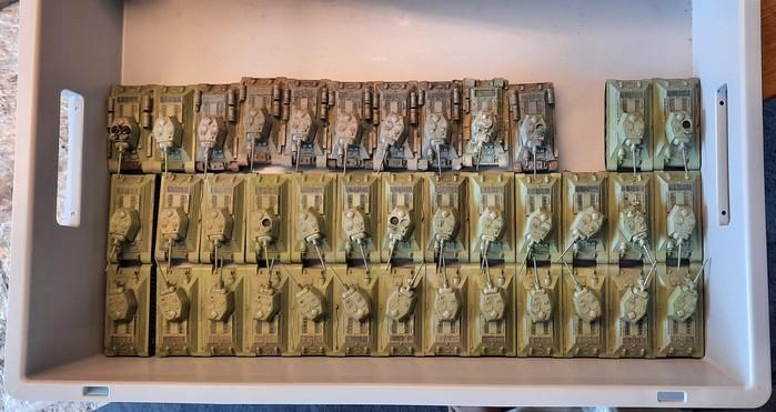 Der Fahrzeugbestand der 89. Panzerbrigade. Die oberste Reihe wurde bereits aufgearbeitet. 30 Fahrzeuge stehen an.