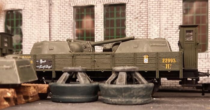 Einige Waggons der Großherzoglich Unikornischen Staatseisenbahn mit Panzertürmen beladen.