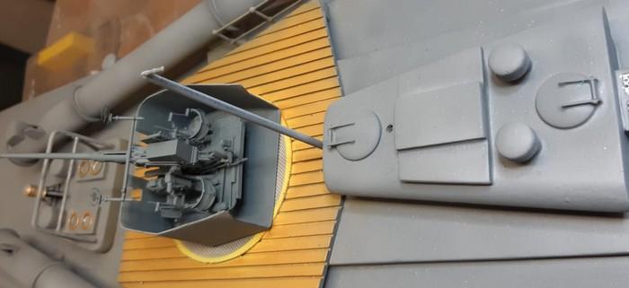 """Blick längs des Rumpfes auf das Innenleben des Geschützturms mit dem montierten Bofors-Geschütz auf dem Schnellboot """"S573"""". (Foto: Josef)"""