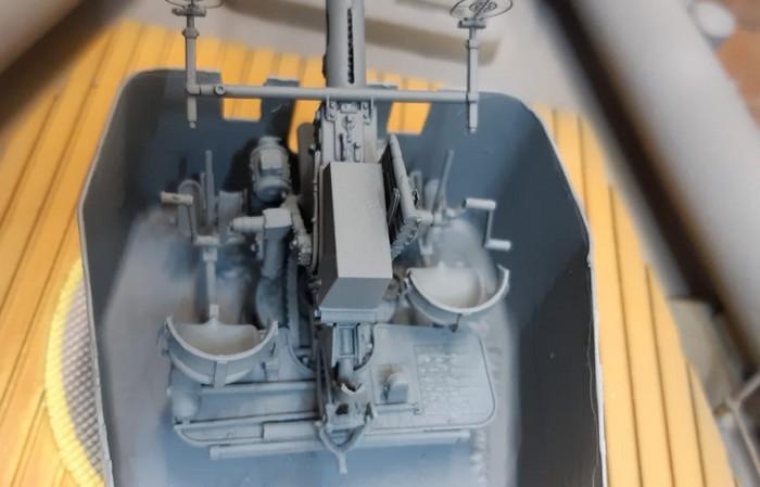 """Details des Geschützturms mit dem montierten Bofors-Geschütz auf dem Schnellboot """"S573"""". (Foto: Josef)"""